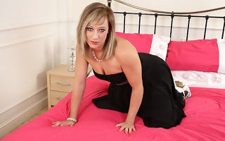 Dank hot British MILF bringing off everywhere herself