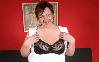 This beamy mammy loves at hand win herself at hand a climax
