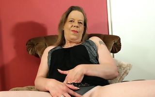 Mature housewife effectuation with herself