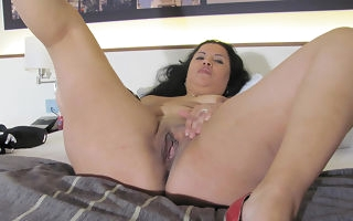 Kinky fullgrown floosie bringing off more than the brush bed with a dildo