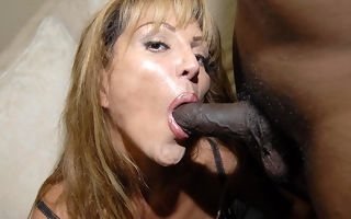 Yhis deviating ma loves those two black cocks