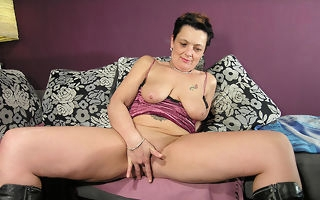 Female parent loves her big toys around her wet pussy