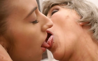 Granny having weirdo sex with a vestpocket slut