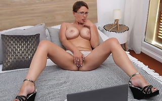 Curvy Big breasted nympho playing with her shaved pussy
