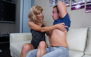 Frying mature housewife fucks her toyboy