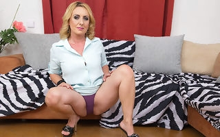 Naughty housewife effectuation with the brush pussy