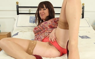 Queasy British housewife effectuation anent her pussy