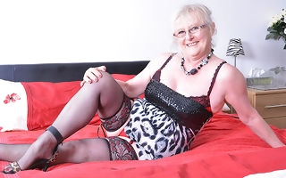 Chunky mature lady unfamiliar the UK getting gungy and wild